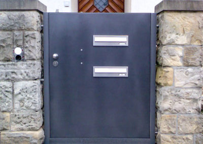 Tür mit Briefkasten